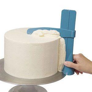 Adjustable cake scraper